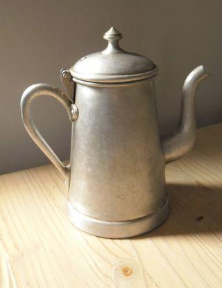 Tetera/ Cafetera antigua de estaño.