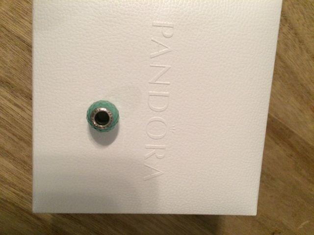 Pulsera Pandora cuero gris con charm caja y bolsa