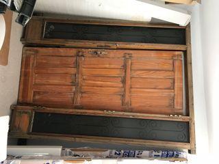 Puerta de exterior, madera maciza.