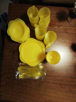 Vajilla amarilla de plástico