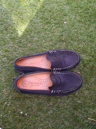 Zapato niño ante azul