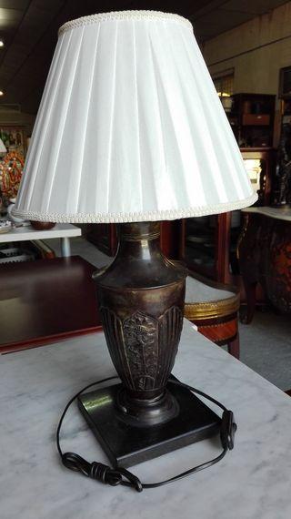 Lámpara de sobremesa, metálica repujada de flores