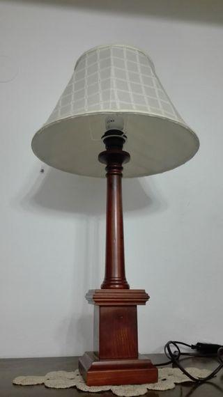 Lámpara de sobremesa, base madera cuadrada