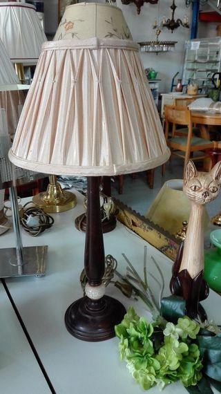 Lámpara de sobremesa, base madera, pantalla plisad