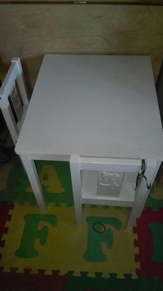mesa y dos sillas blancas de ikea