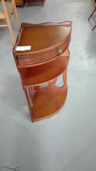 Mesa auxiliar en esquina, de madera.l