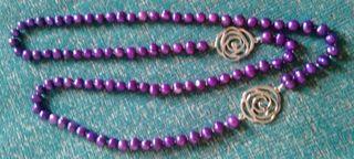 Collar perlas moradas y flores en color plata