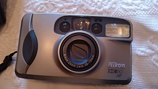Cámara de fotos compacta NIKON zoom 210