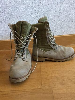 Botas negras y aridas militar