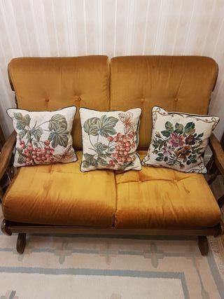 Dos sofas individuales y uno de dos plazas