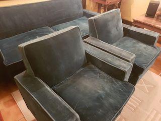 Dos sofás individuales y uno de dos plazas
