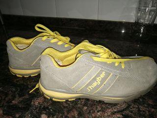 Zapatos con puntera, son de trabajo.