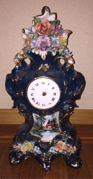 Antiguo reloj de porcelana de sobremesa