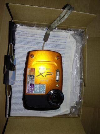 cámara acuática con su caja con GPS, fujifilm xp30