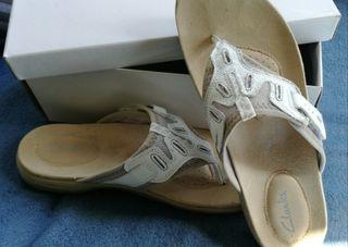 Zapatillas dedo Clarks, prácticamente nuevas.
