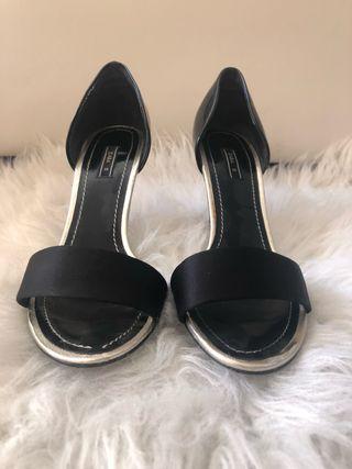 Zapatos color negro Zara