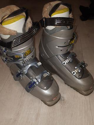 botas de esqui y esquies