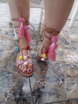 Sandalias atadas al tobillo