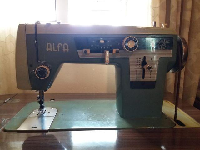 Maquina de coser con mueble Alfa. de segunda mano por 150