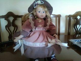 muñeca de porcelana con sillón