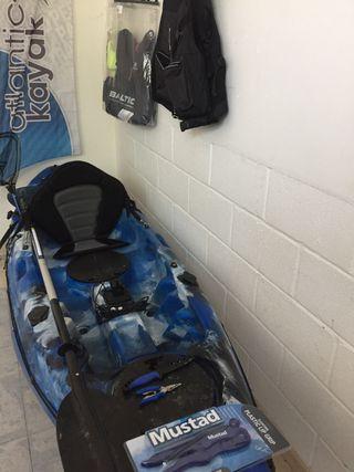 Kayak con sonda Lowrance instalada