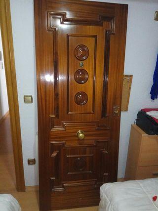 puerta de madera exterior piso