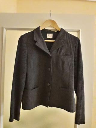 Abrigo corto gris oscuro.