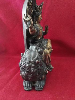 espectácular diosa con perro foo