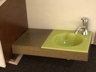 Lavabo suspendido madera y verde