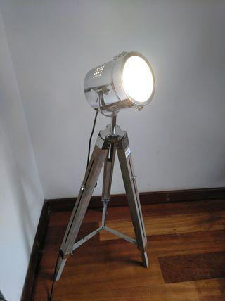 Lámpara de foco NUEVA con trípode de madera.