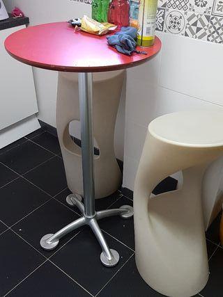 mesa y 2 taburetes modernos
