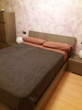 estructura cama, colchón, mesitas de noche, comoda