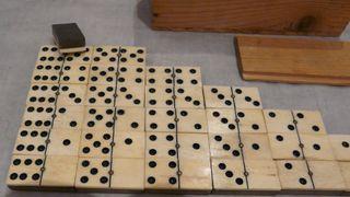 Jeu de dominos ancien ébène, os, laiton Début 20e