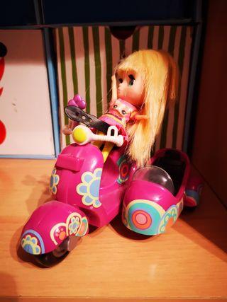 moto y muñeca con sidecar