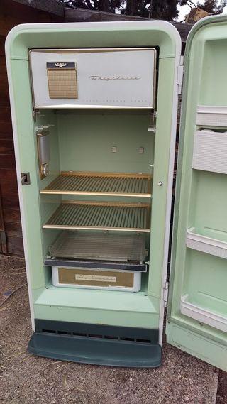 Vendo nevera vintage años 50 en funcionamiento.