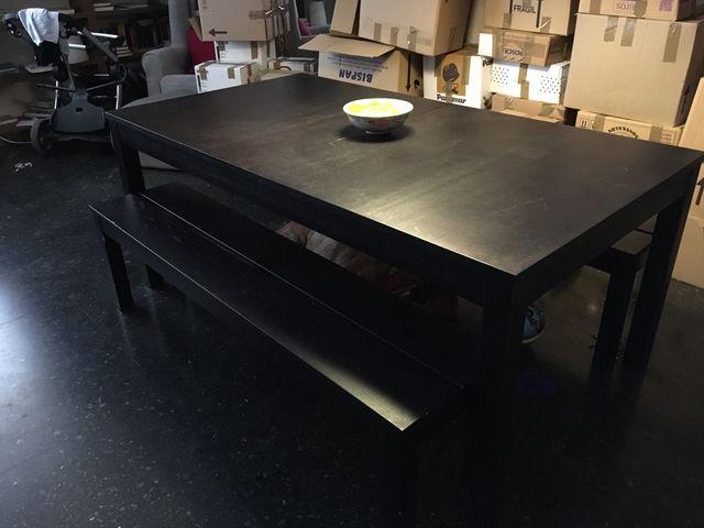 Mesa de comedor extensible de IKEA con dos bancos de segunda mano ...