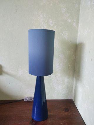 Lámpara de mesa de cerámica azul.