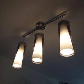 conjunto de lámpara dd techo y lámpara de mesa