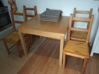 Mesa extensible con 4 sillas y 4 cojines