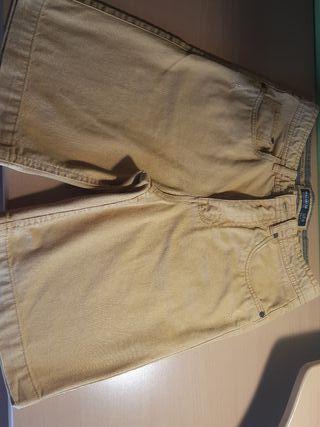 Pantalón vaquero corto.