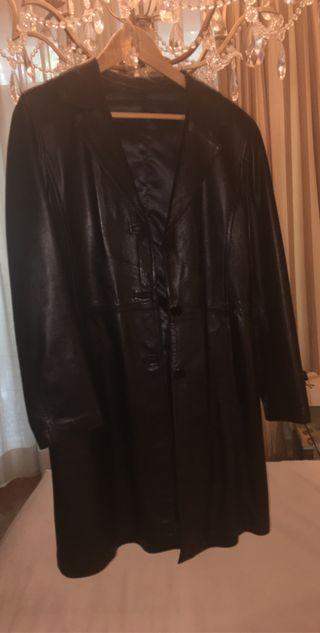 Abrigo de cuero negro .