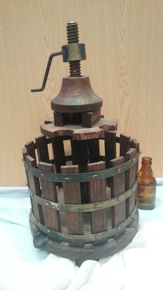 Botellero en madera con forma de prensa de vino de - Botellero de madera para vino ...