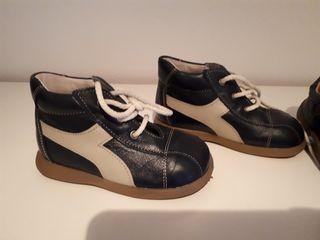 2 pares de zapatos de piel niño tipo camper de segunda mano