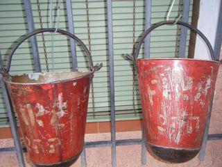 Antiguos cubos bomberos anti incendios.