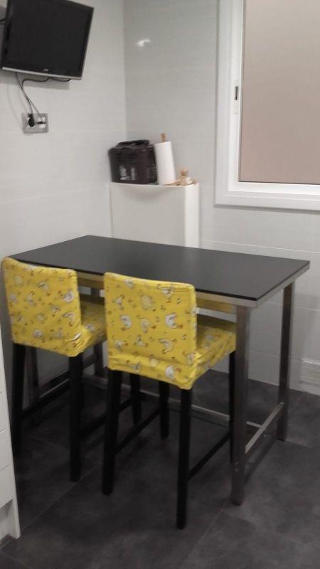 Mesa alta cocina IKEA y taburetes de segunda mano por 90 € en ...