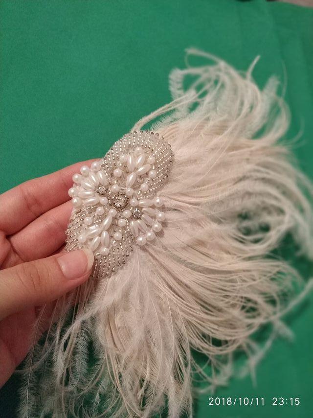 Precioso tocado artesanal de pluma ,perla cristal