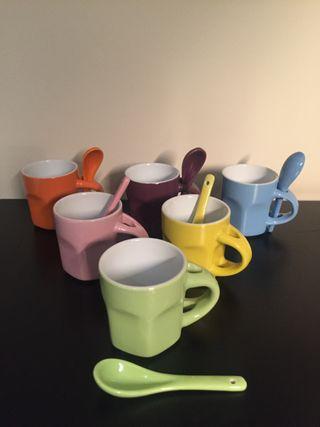 6 tacitas de café con cucharitas