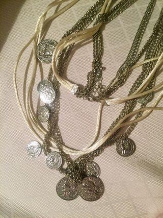 Bonito collar plateado con raso y monedas
