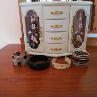 Joyero y pulseras