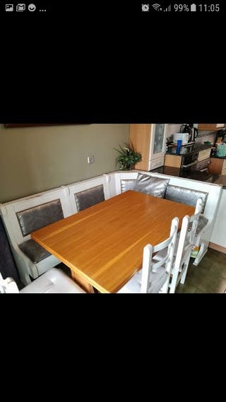 banco esquinero mesa y sillas .